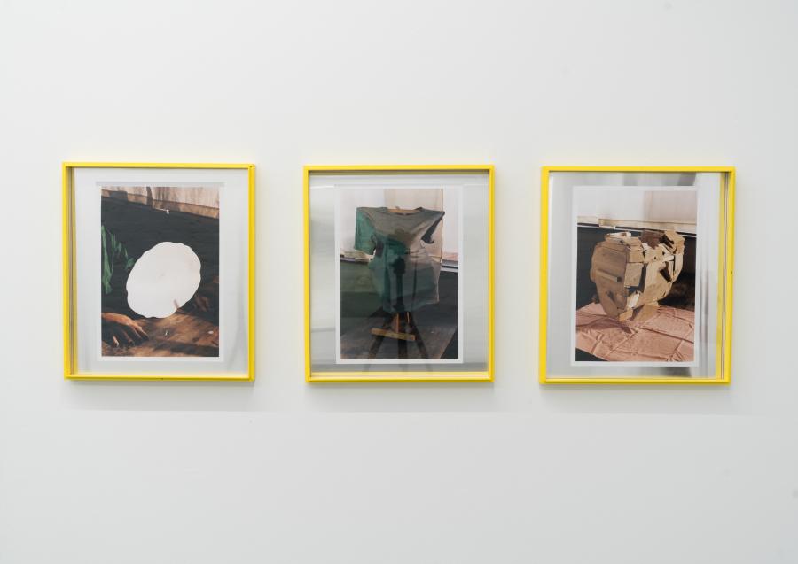 José Sanín, Sin título (de la serie Nuevo. Tres nuevos objetos. Formas de trofeos), 2018. Fotografía ampliada sobre papel Kodak, 42 x 48 cm c/u. Cortesía del artista, Proxyco y Liberia