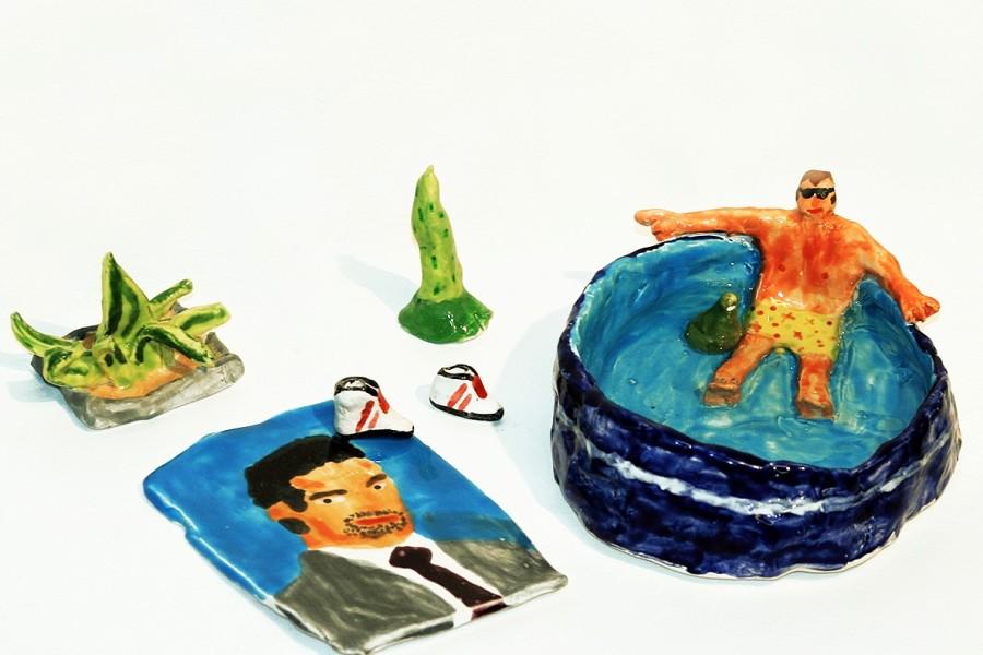 Enrique Flores, Hombre en piscina de plástico con toalla de Felipe Camiroaga, cerámica, 2018. Foto: Paulina Mellado/Javiera Gómez