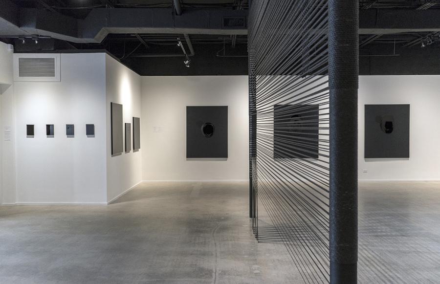 """Vista de la exposición """"Black Surface. The Undoing Process"""", de Tony Vázquez-Figueroa, en LnS Gallery, Miami, 2018. Cortesía de la galería"""