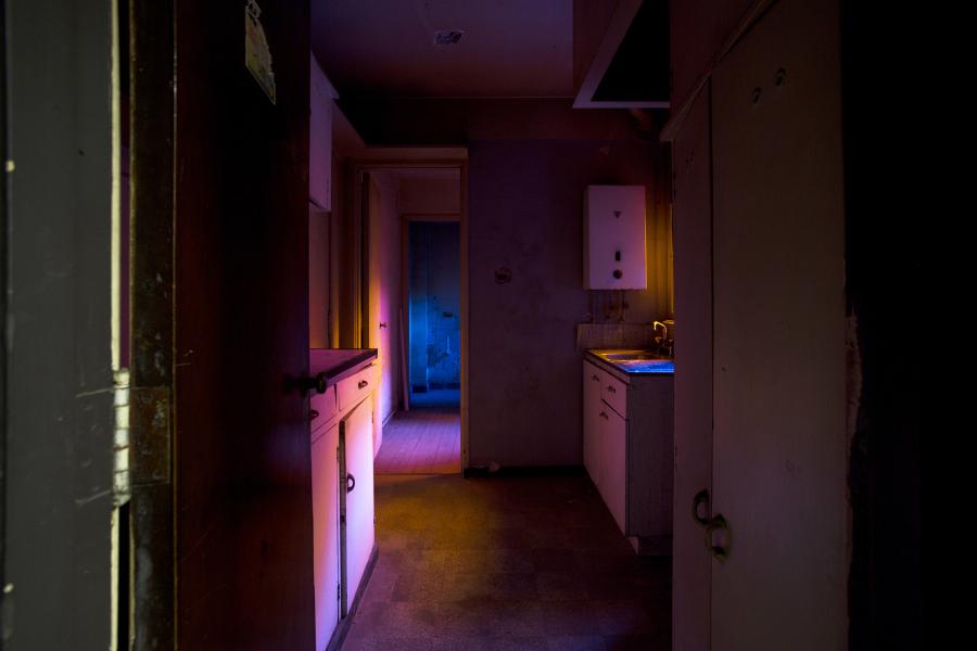 Javier Toro Blum, A través de una ventana se busca el sol, 2018, filtros de gelatina y papel, dimensiones variables. Foto: Rodrigo Maulén