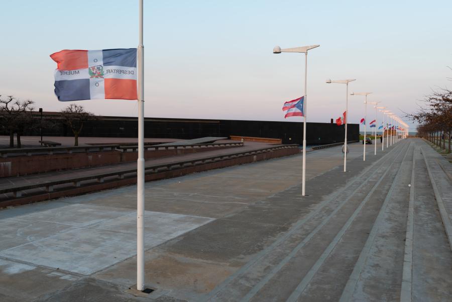 """Vista de la exposición """"Luis Camnitzer: 5 Piezas, 2011-2018"""", Parque de la Memoria, Buenos Aires, 2018. Foto cortesía: Parque de la Memoria"""