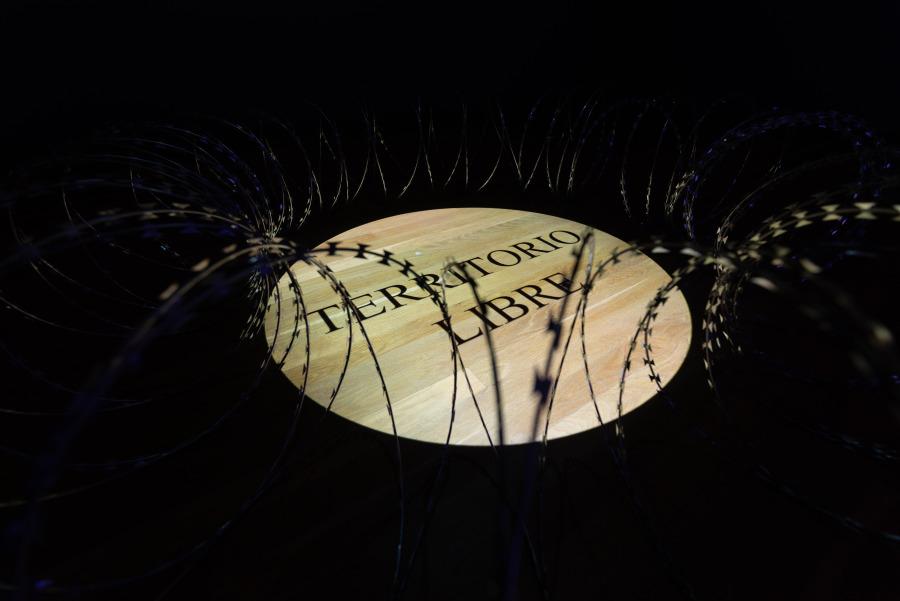 """Territorio Libre, 2018, alambre de púas y proyección. Vista de la exposición """"Luis Camnitzer: 5 Piezas, 2011-2018"""", Parque de la Memoria, Buenos Aires, 2018. Foto cortesía: Parque de la Memoria"""
