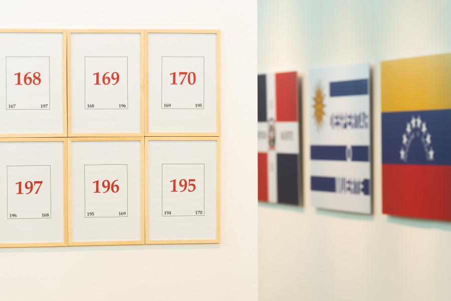 """Vista de la exposición """"Luis Camnitzer: 5 Piezas, 2011-2018"""", Sala PAyS, Parque de la Memoria, Buenos Aires, 2018. Foto cortesía: Parque de la Memoria"""