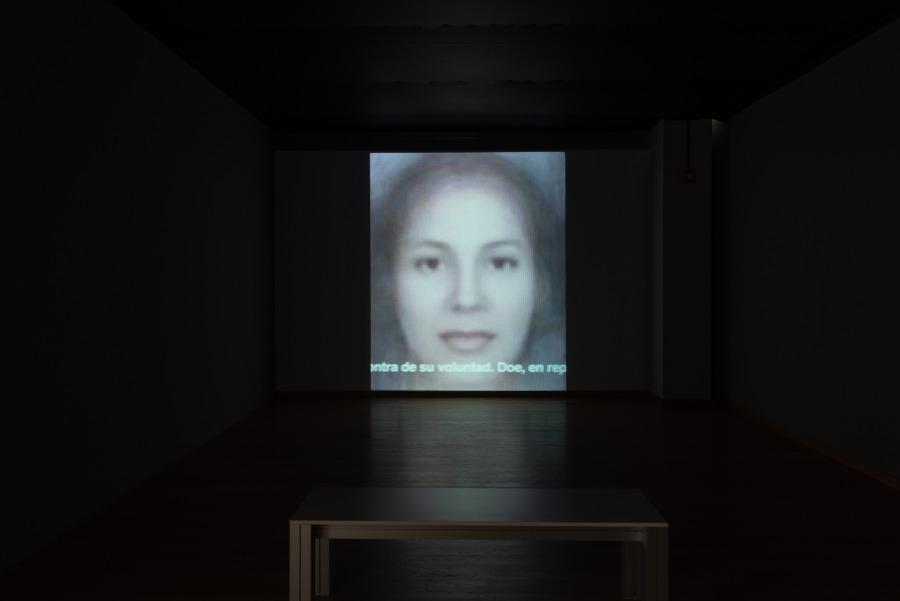 """Luis Camnitzer, Jane Doe, 2012-2015, video digital, 44'50"""". Vista de la exposición """"Luis Camnitzer: 5 Piezas, 2011-2018"""", Parque de la Memoria, Buenos Aires, 2018. Foto cortesía: Parque de la Memoria"""