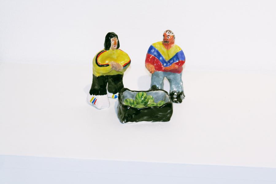 Enrique Flores, Pareja de venezolanos vendiendo sandías, cerámica, 2018. Foto: Paulina Mellado/Javiera Gómez