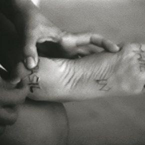 Letícia Parente, Marca registrada, 1975, video blanco y negro, sonido. 10:19 min. Colección privada. Cortesía de Galeria Jaqueline Martins. © la artista