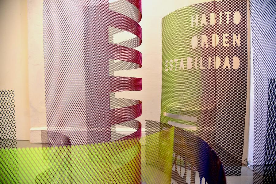 """Vista de la exposición """"El acero está hecho de estrellas petrificadas"""", de Rodrigo Vergara, en Galería NAC + Espacio Monclova, Lima, 2018. Cortesía del artista y Galería NAC"""
