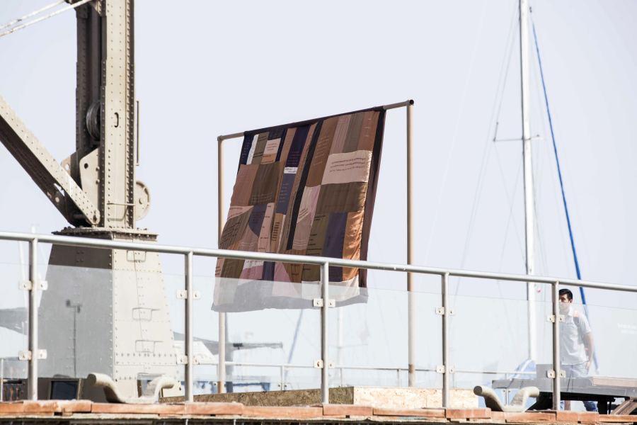 Bárbara Schall, ¡En tu seno, oh Libertad!, 2018, bandera, mástil, pedestal. Cortesía de la artista. Foto: Sebastián Rojas/SACO7