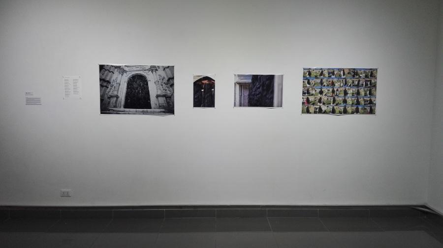 """Obra de Andrés Bedoya (Bolivia) en la muestra """"Fricciones"""", Sala de Arte de la Fundación Minera Escondida, Antofagasta, Chile, 2018. Parte de SACO7. Foto cortesía de Juan Fabbri"""