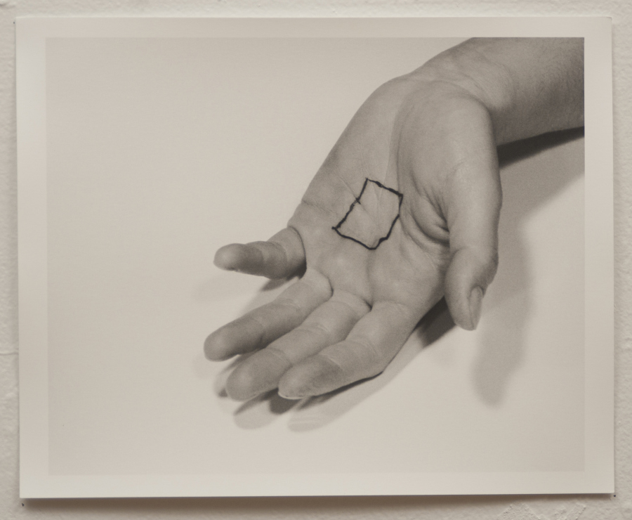 Liliana Porter, The Square/El cuadrado, 1973, serie de cinco impresiones de gelatina de plata. Cortesía de la artista