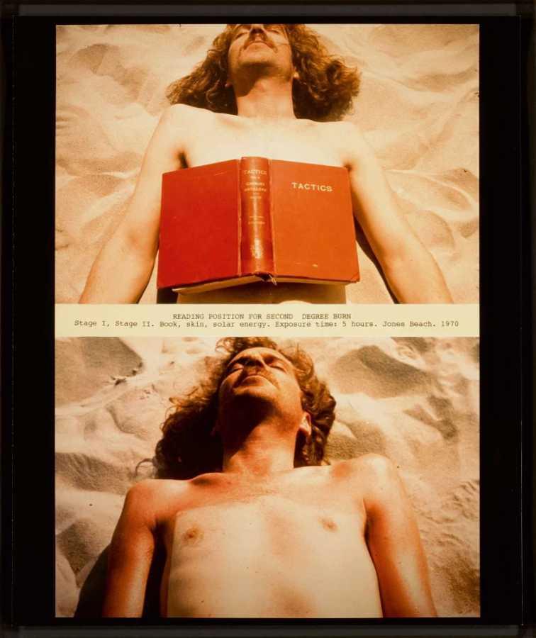 Dennis Oppenheim, Reading Position for Second Degree Burn, 1970, firmada al reverso, en edición de 4/30, fotografía a color (impresa 2000-2001), 59,7 x 42,5 cm. Copyright: Dennis Oppenheim. Cortesía: Oppenheim Estate