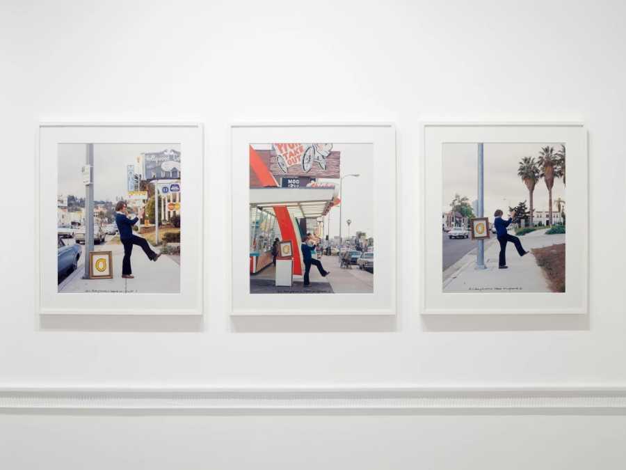 Ger Van Elk, The Co-Founder of the Word O.K. - Hollywood, 1971, dos sets de tres fotografías a color (un set vintage, fechado e impreso en 1971, otro set fechado en 1971 e impreso en 2002), 49 x 40 cm c/u. Edición 4/4. Cortesía: Richard Saltoun Gallery, Londres
