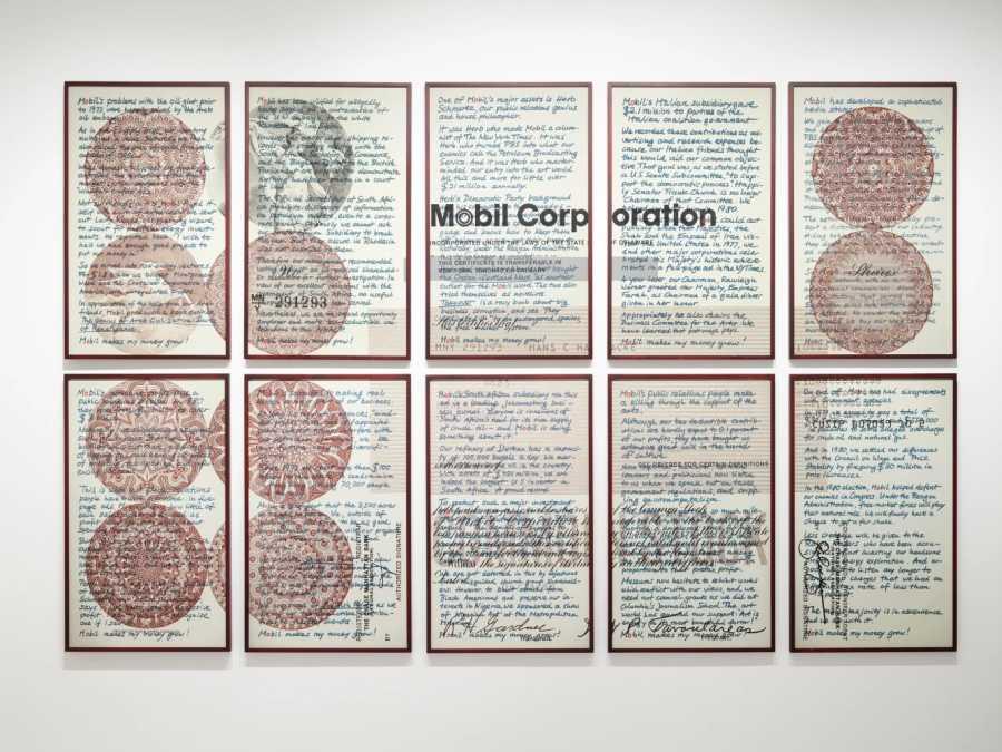 Hans Haacke, Upstairs at Mobil: Musings at a Shareholder, 1981, fotograbado a color sobre 10 hojas de papel, 51 x 40,6 cm c/u, 102 x 203 cm dimensiones totales. Edición de 10. Cortesía: Richard Saltoun Gallery, Londres