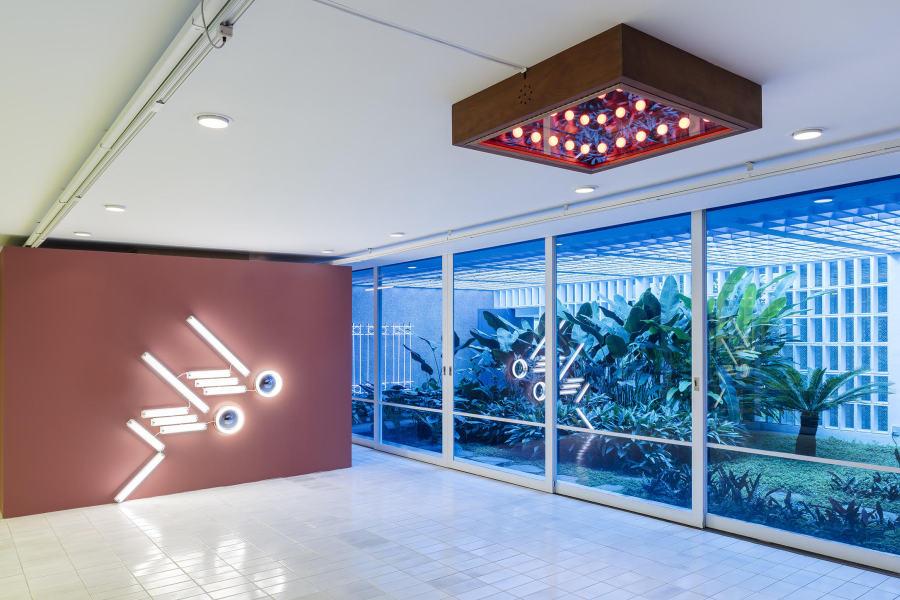 """Vista de la exposición """"The Bright Sun [El Sol Brillante]"""", de Iván Navarro, en Luciana Brito Galeria, São Paulo, 2018. Foto cortesía de la galería"""