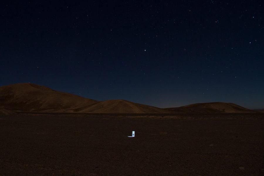 Gonzalo Reyes Araos. Wormhole (2017) es una acción realizada en el desierto de Atacama, Chile. Se colocó una computadora portátil en el medio del desierto, conectada a Internet, que muestra una cámara web colocada en Hong Kong, la parte diametral opuesta del mundo.
