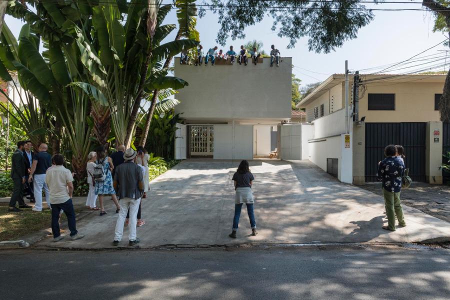 Héctor Zamora, Acima de tudo [Encima de todo], 2018, acción, registro en video. Vista de la acción en Luciana Brito Galeria, São Paulo. Foto: Ding Musa