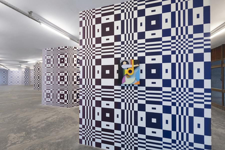 Vista de la exposición O mundo real não alça voo [El mundo real no alza el vuelo], de Rodrigo Hernández, en Pivô, São Paulo. Foto: © Everton Ballardin