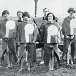 Gleemen y Gleemaidens, Gleemote, 1929, por Angus McBean, mostrando a los miembros de Kibbo Kift en trajes caseros. Fotografía: Angus McBean / Stanley Dixon Collection / Donlon Books