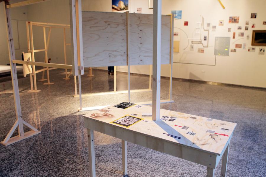 """Vista de la muestra """"Polos e interferencias"""" en Sala de Arte CCU, Santiago de Chile. Foto: cortesía de la galería."""