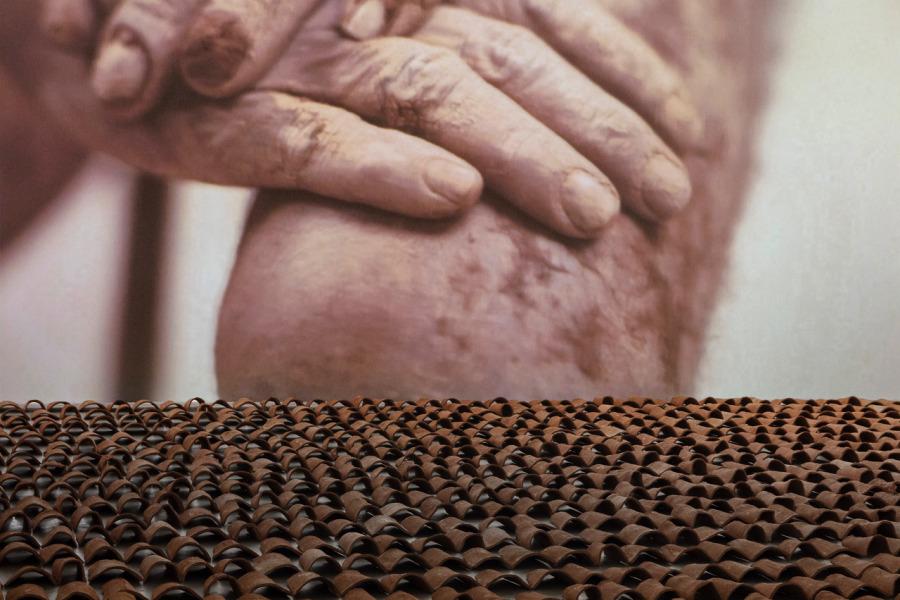 Héctor Zamora, Nas coxas [En los muslos], 2018, videoinstalación. Vista de la instalación en Luciana Brito Galeria, São Paulo. Foto: Filipe Berndt
