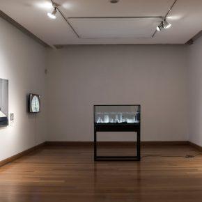 Vista de la exposición con los finalistas del XIII Premio MAVI / BHP Minera Escondida Arte Joven Contemporáneo, presentada en el Museo de Artes Visuales de Santiago de Chile. Foto: cortesía MAVI.