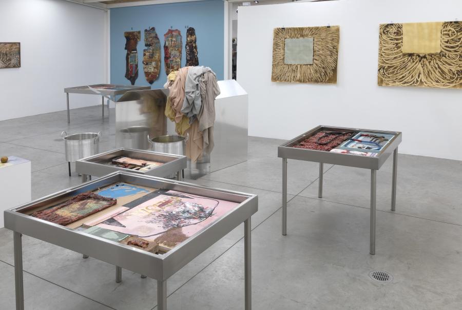 """Vista de la exposición """"Deterioro y Poder"""", de Carmen Argote y Mandy El-Sayegh, en Instituto de Visión, Bogotá, 2018. Cortesía de la galería"""