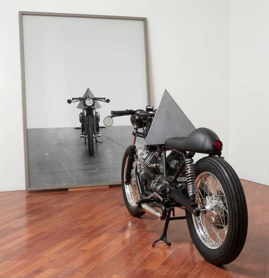 "ANDREA GALVANI. Vista de instalación ""A few invisible sculptures #0"", 2016, Guzzi V35 Imola de 1978 adaptada, fotografía. Cortesía: Revolver"