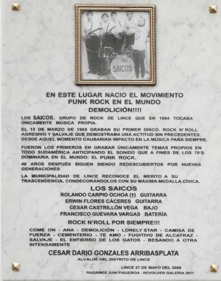 """RADAMES """"JUNI"""" FIGUEROA, En este lugar nació el movimiento Punk Rock en el mundo, grabado sobre mármol y fotografía digital, 70 x 55 cm, 2011. Cortesía: Revolver"""