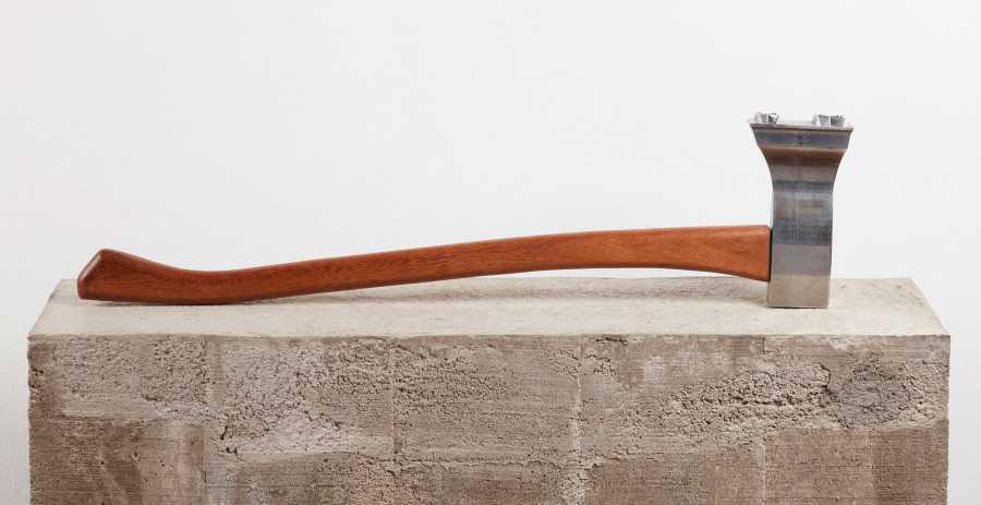 JERRY B. MARTIN. Storia 3 (Variable X), hacha modificada, 21 x 86 cm, 2013. Cortesía: Revolver