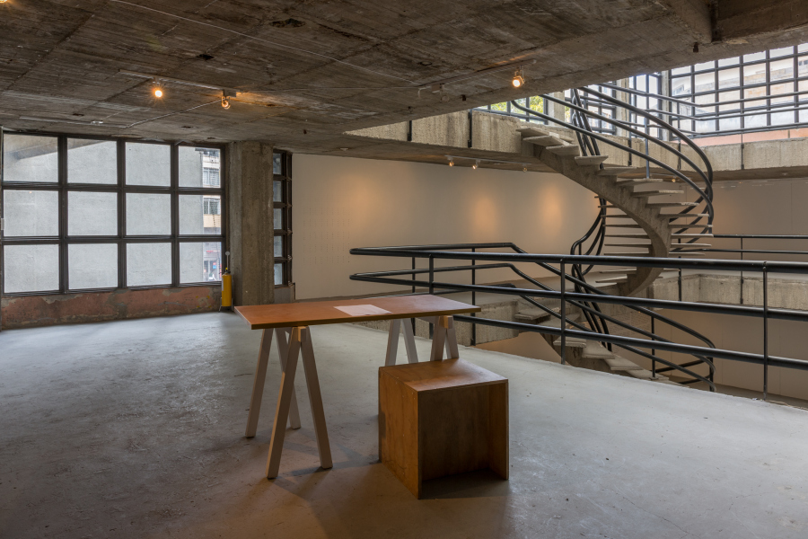 """Vista de la exposición """"Debes seguir. No puedo seguir. Seguiré"""", en Espacio Odeón, Bogotá, 2018. Foto cortesía de Espacio Odeón"""