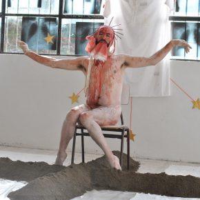 Guillermo Moscoso como su álter ego Areasucia. Primera parte de Bajo la sombra de los espacios sacrosantos (2016), performance. Registro fotográfico por Óscar Concha. Cortesía del artista.