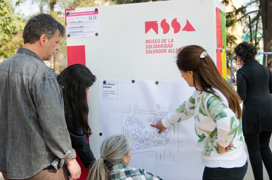 """Iconoclasistas. Acción en el Barrio República de Santiago, como parte de la muestra """"Haciendo Barrio"""", MSSA, Santiago de Chile, 2018. Foto: Lorna Remmele/ MSSA"""