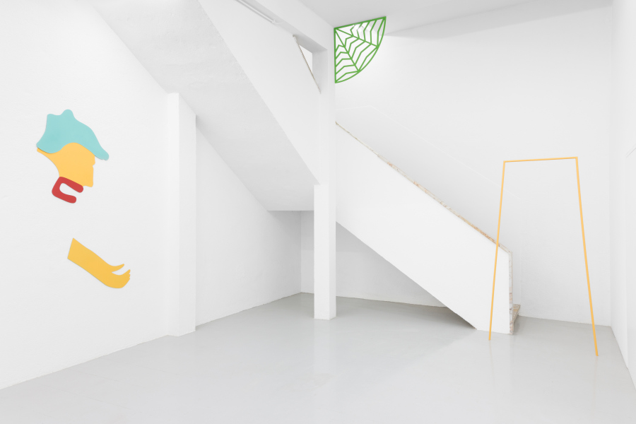 """Engel Leonardo, Vista de la exposición """"Faro"""", en Kunsthalle Lissabon, 2018. Con las obras Guerrero (2018), Palma (2018) y Puerta (2018). Foto: Bruno Lopes. Cortesía: Kunsthalle Lissabon"""