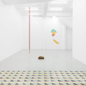 """Engel Leonardo, Vista de la exposición """"Faro"""", en Kunsthalle Lissabon, 2018. Con las obras Guerrero (2018), Bejuco (2018), una piedra proveniente de la Plaza Ceremonial Yuboa, y Piso (2018). Foto: Bruno Lopes. Cortesía: Kunsthalle Lissabon"""