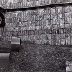 Horacio Zabala, 300 metros de cinta negra para enlutar una plaza pública, 1972. Cortesía del artista y Parque de la Memoria, Buenos Aires