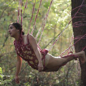 Gabriela Bernal, 2018, Suspendida. Segundo y último ritual inventado de duelo, video performance, 4 minutos. Cortesía de la artista