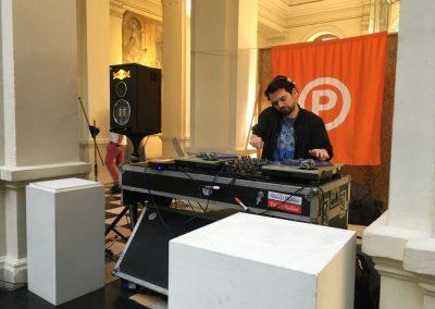 Discos Pegaos. Una serie de DJ se tomó el hall del MAC para pinchar durante los cuatro días de la feria Impresionante. Santiago de Chile, 2018. Foto: Nicolás Narváez