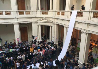 """Vista de """"El Fanzine más Largo"""", una acción organizada por Microeditorial Amistad en el hall del MAC, Parque Forestal, como parte de Impresionante. Santiago de Chile, 2018. Foto: Nicolás Narváez"""