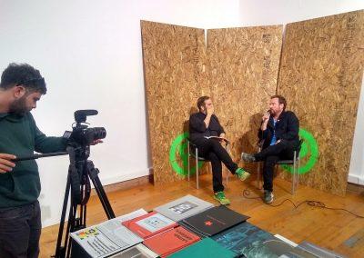 Entrevista a Andrés Marroquín, fundador de Meier Ramírez Books (Perú). En Impresionante, MAC, Santiago, Chile, 2018. Foto: Alejandra Villasmil