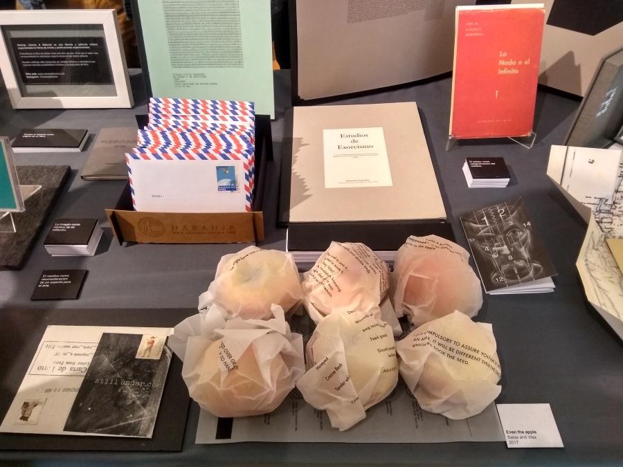 Librería y Editorial Naranja (Chile). Vista del stand en Impresionante, MAC, Santiago, Chile, 2018. Foto: Alejandra Villasmil