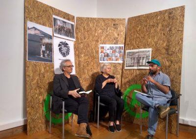 Conversatorio entre Galería Metropolitana (Luis Alarcón y Anamaría Saavedra) yel artista Enrique Flores. Impresionante, MAC, Santiago, Chile, 2018. Foto: Alejandra Villasmil