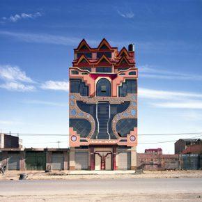 Tatewaki Nio, Cholet en el área residencial de ladrillos rojos (Freddy Mamani), serie Neo-andina, 2016. © Tatewaki Nio. Este trabajo se realizó con el apoyo del Musée du Quai Branly - Jacques Chirac