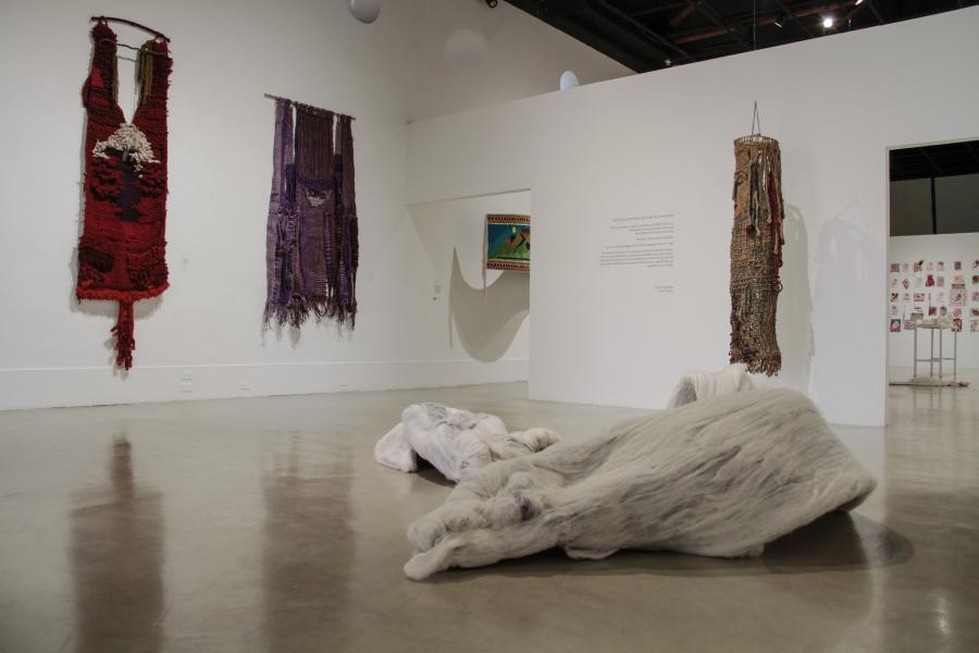 """Vista de la exposición """"Destejer la historia. Los hilos de la memoria"""", en el CAC de Quito, 2018. Cortesía: CAC"""