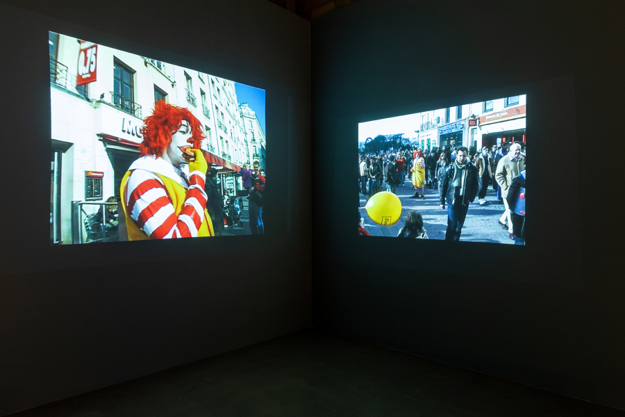 "Vista de la exposición ""Dissidência (Disidencia)"", de Minerva Cuevas, en Galpão VB, Videobrasil, São Paulo, 2018. Foto: Pedro Napolitano Prata"
