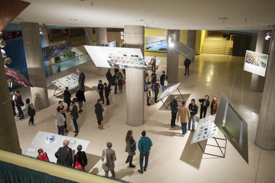 Vista de la exposición The Anthropocence Project. A Report, 2014, en Haus der Kulturen der Welt (HKW), Berlín. Foto: © Sebastian Bolesch / HKW