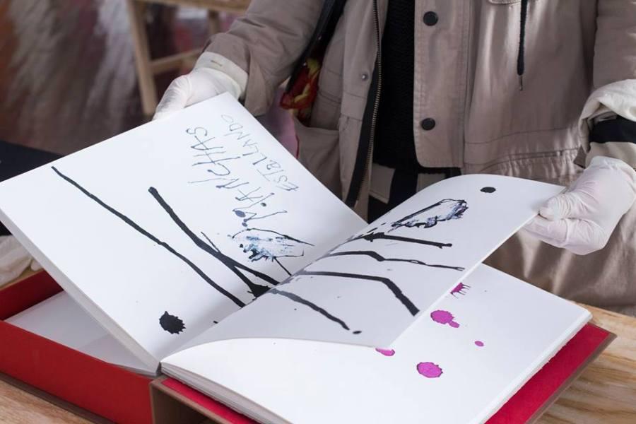 Libro de artista de Guillermo Núñez, en Factoría Santa Rosa, Santiago de Chile, 2018. Cortesía de la galería