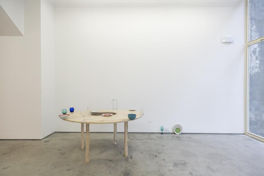 """Vista de la exposición """"degradaciones tropicales: abismos al borde de una mesa"""", de José Olano, en DiabloRosso, Panamá, 2018. Foto: Rapha Salazar"""