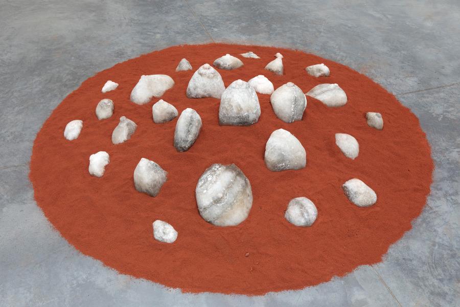Lucía Loren, Madre Sal, 2008, instalación de roca de sal, tierra y madera. Cortesía de la artista, Madrid. Foto: Javi Broto/CDAN