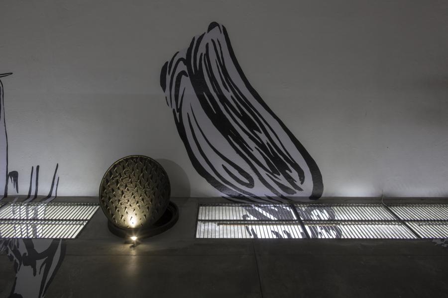 Pablo Vargas Lugo, Tags, 2018, instalación de impresiones sobre vinil adhesivo; y Cenote (lágrimas), 2018, fierro fundido, 10 x 63 x 70 cm. Cortesía: La Tallera