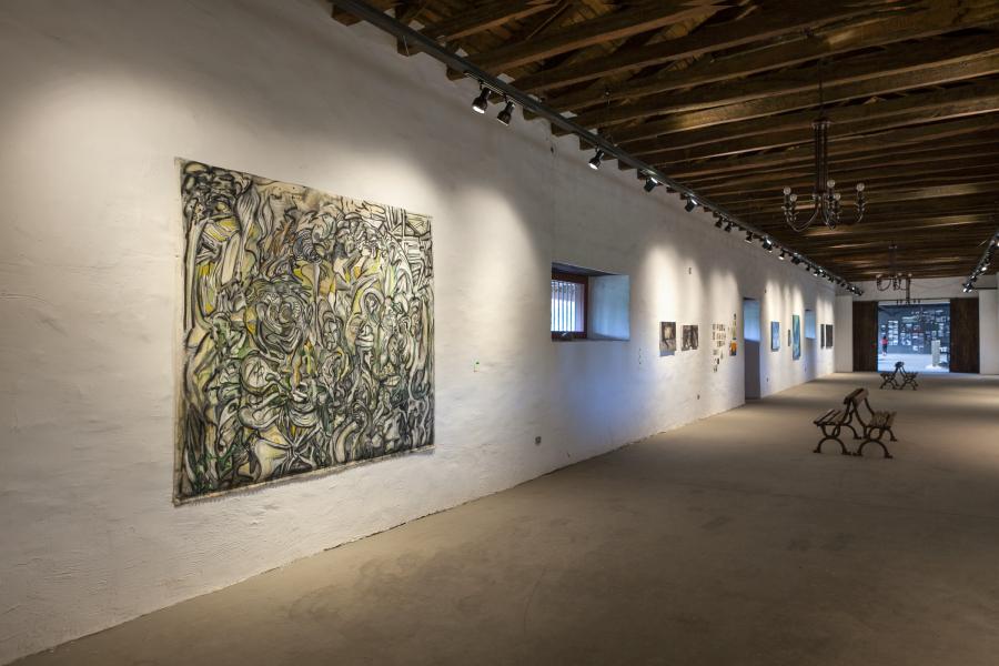 Vista de la Sala de Pintura (en primer plano, obra de Alejandro Palacios). II Encuentro de Arte y Cultura 13 Jardines, Fundo las Cabras, Requínoa, Chile, 2018. Foto: Sebastián Mejía